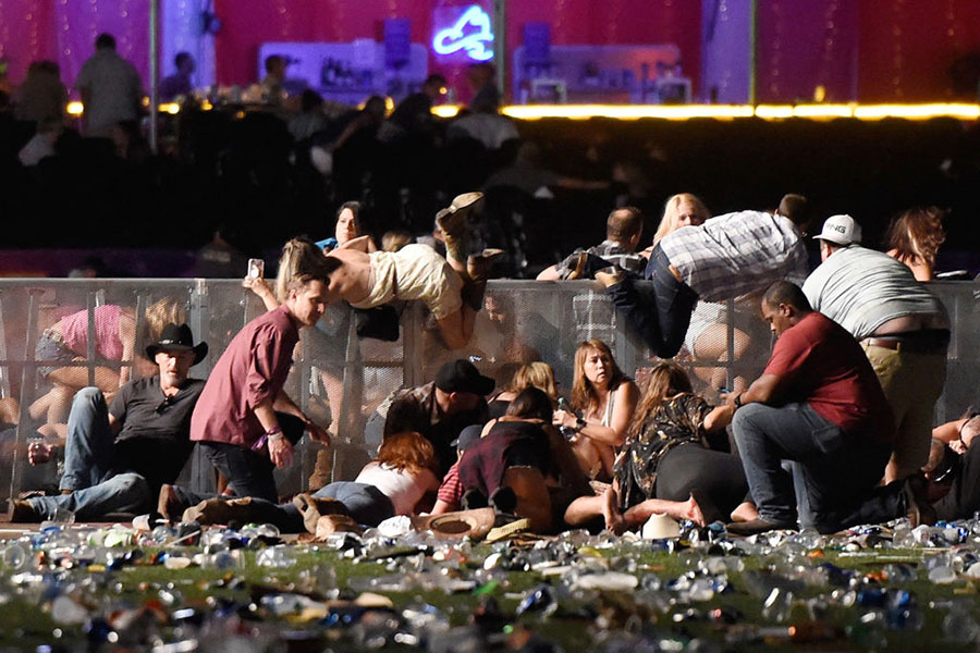 當地時間10月1日晚,美國拉斯維加斯市曼德勒海灣酒店附近發生槍案,造成至少59人死亡,527人受傷。(David Becker/Getty Images)