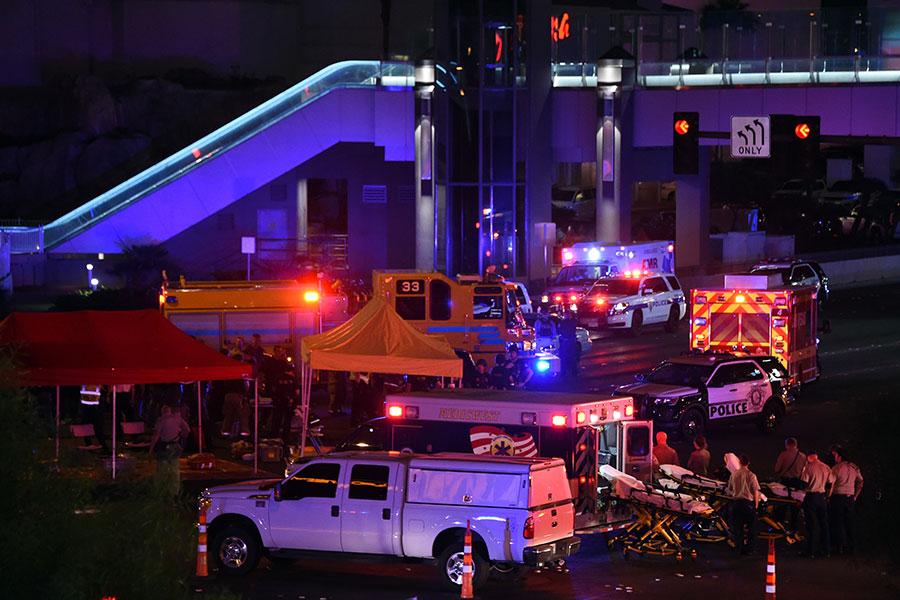 當地時間周日晚上10時許,美國賭城拉斯維加斯發生大規模槍擊案,造成至少59人死,527人受傷的慘案,槍手行凶後吞槍自盡。(Ethan Miller/Getty Images)