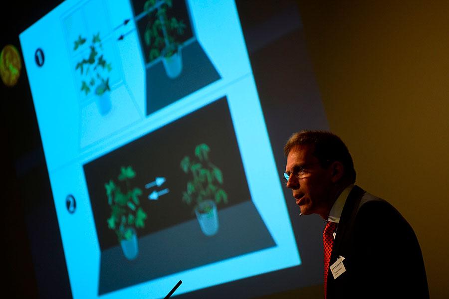 諾貝爾生理學或醫學獎評委會秘書長托馬斯・佩勒曼在瑞典卡洛林斯卡醫學院諾貝爾大廳宣佈2017年諾貝爾生理學或醫學獎得主。(JONATHAN NACKSTRAND/AFP/Getty Images)
