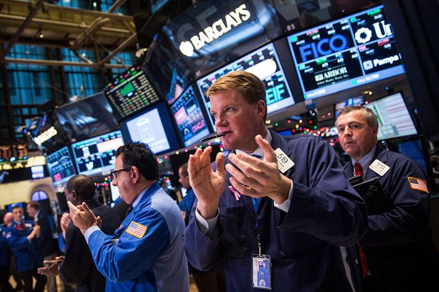 紐約證券交易所的交易員。(Andrew Burton/Getty Images)