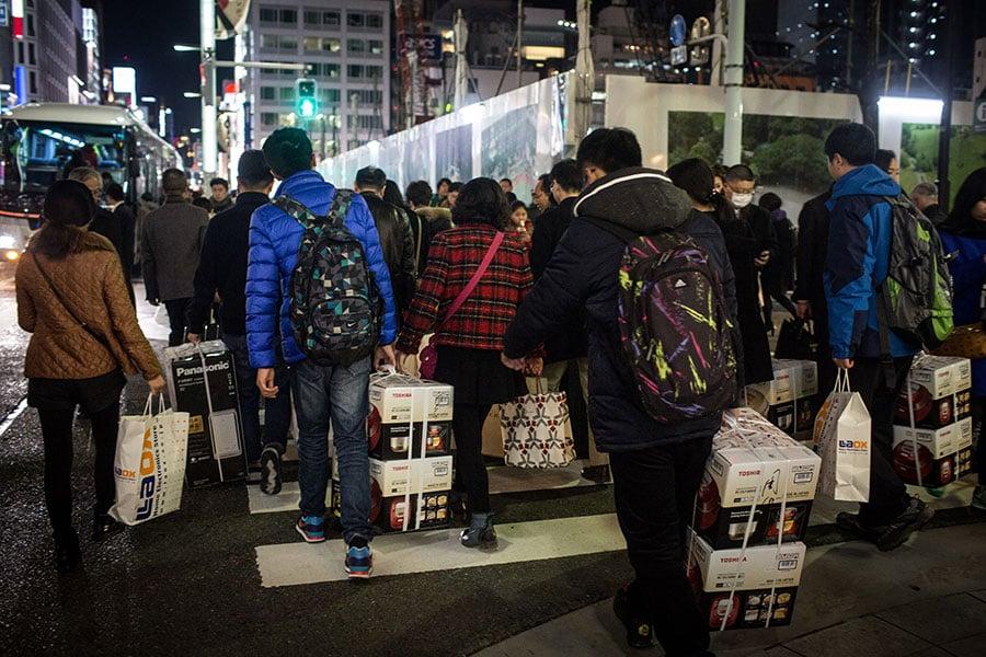 圖為在日本東京的中國遊客。(Chris McGrath/Getty Images)