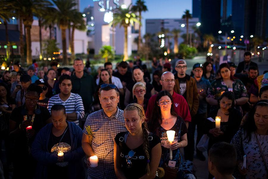 民眾在為遇難者悼念。(Drew Angerer/Getty Images)