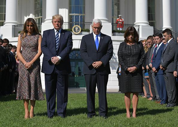 美國總統特朗普與第一夫人梅拉尼婭(Melania Trump),以及副總統彭斯(Mike Pence)夫婦,出席在白宮南草坪舉行的默哀儀式。(MANDEL NGAN/AFP/Getty Images)