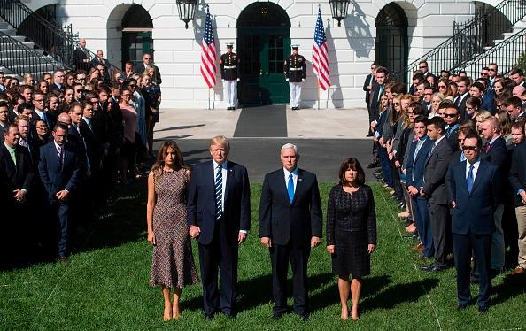 美國總統特朗普與第一夫人梅拉尼婭(Melania Trump),以及副總統彭斯(Mike Pence)夫婦,出席在白宮南草坪舉行的默哀儀式。(SAUL LOEB/AFP/Getty Images)