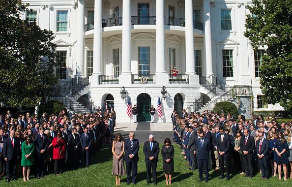 美國總統特朗普於當地時間10月2日率官員在白宮南草坪為在拉斯維加斯槍擊事件中的遇難者默哀悼念。(SAUL LOEB/AFP/Getty Images)