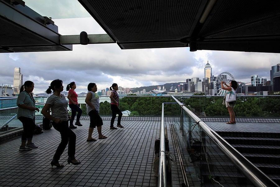 圖為一群外傭假日在中環天星碼頭外聚會跳舞。(TENGKU BAHAR/AFP/Getty Images)