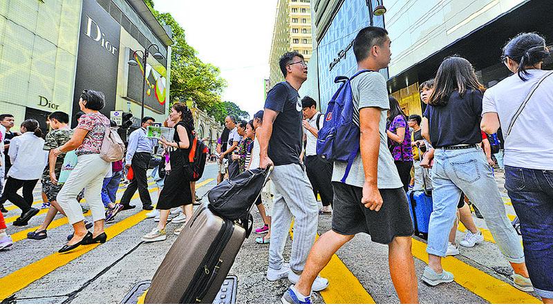 尖沙咀廣東道是大陸遊客喜歡購買名牌熱點之一。(宋碧龍/大紀元)