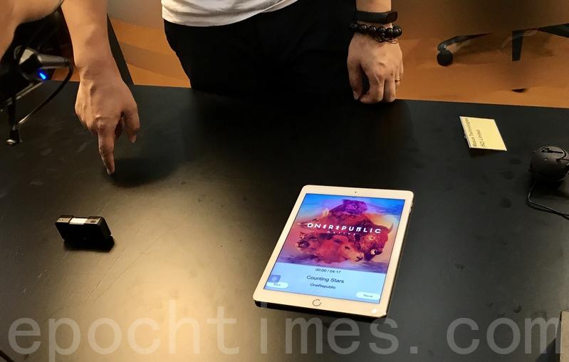 由香港科大的15人團隊研發出手勢識別遙控器可辨認和偵測到6種手勢軌跡。用家只需在平面上用手指畫出手勢或英文字母便可操控電子產品。(王文君/大紀元)
