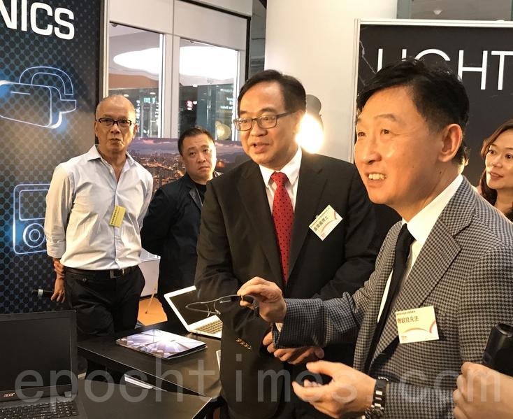 香港貿發局署理總裁周啟良(右)及香港貿發局電子及家電業諮詢委員會主席盧偉國博士(左)體驗Google Glass Enterprise Edition。(王文君/大紀元)