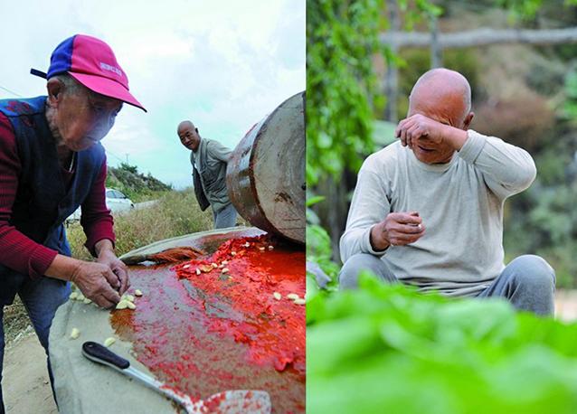 製作子女們最愛的辣椒醬,卻沒人回家過中秋節,老人失望落淚。(大紀元資料室)