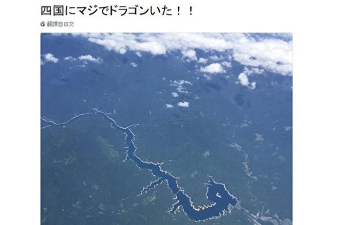 日本推特用戶「@chicago0812」在日本四國高空拍攝地面,結果拍到「一條龍」。(推特網頁截圖)