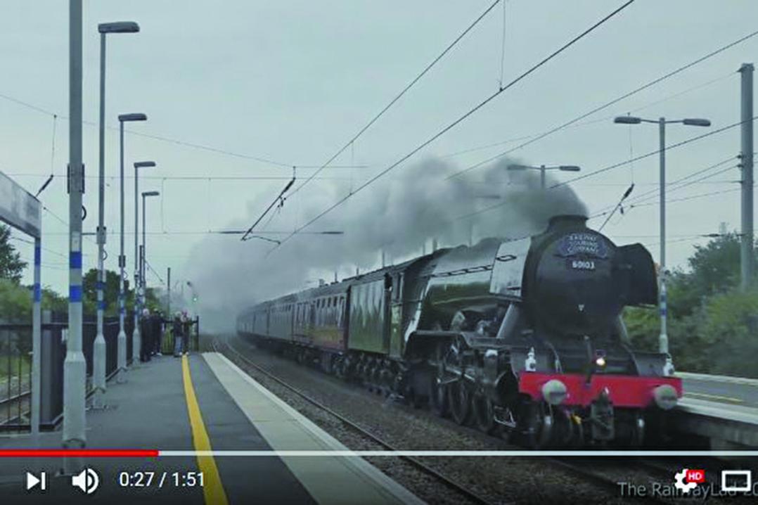 英國男子Graham Linay為了看「飛翔的蘇格蘭人」(Flying Scotsman)列車而等候1.5個小時,最後卻沒看到完整樣貌。圖為「飛翔的蘇格蘭人」進站。(影片截圖)