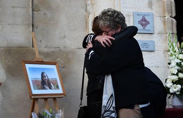 圖為被害者Mauranne的家屬10月2日在其家所在的法國南部城市埃吉萊(Éguilles)悼念被害者。(ANNE-CHRISTINE POUJOULAT/AFP/Getty Images)