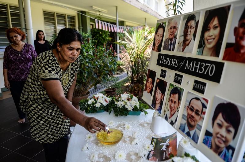 圖為MH370失蹤屆滿2年,失蹤馬航乘客的家屬在北京及吉隆坡各有集會悼念摯愛的親友,並期盼搜救行動能持續下去。(MOHD RASFAN/AFP/Getty Images)