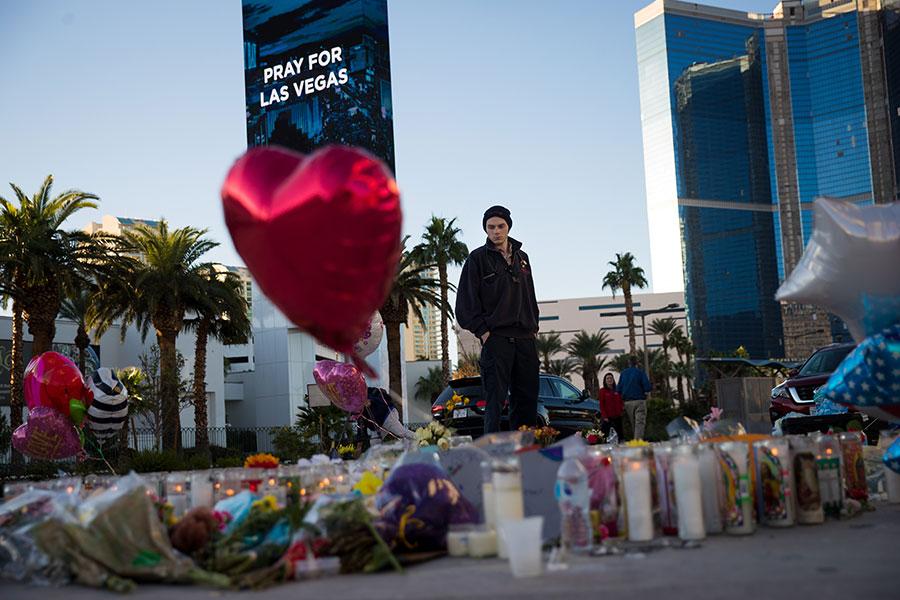 周二(3日),拉斯維加斯沒有了往日的喧鬧,街頭有很多鮮花、蠟燭,以及悼念的標識,還有尋求和平的字句。(Drew Angerer/Getty Images)