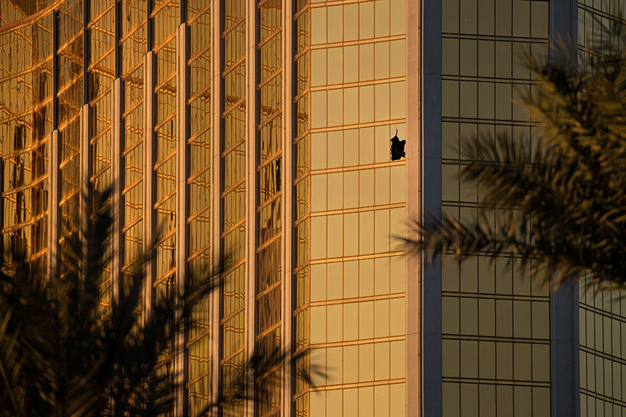 美國賭城拉斯維加斯大規模槍擊案發生已經過去5日,槍手作案動機至今不明。圖為曼德勒灣酒店第32層的房間。(Drew Angerer/Getty Images)