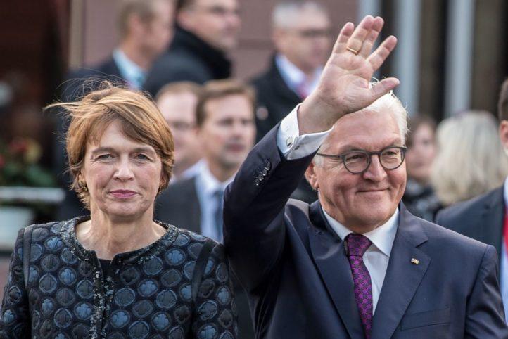 德國總統施泰因邁爾(右)攜妻子出席統一典禮。(FABIAN SOMMER/AFP/Getty Images)