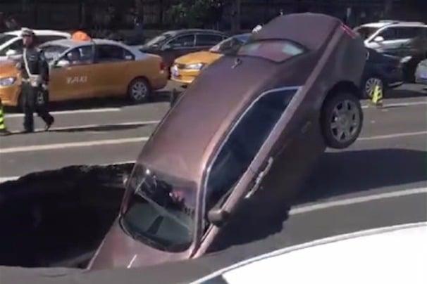 哈爾濱路面突陷 700萬元勞斯萊斯被「坑」