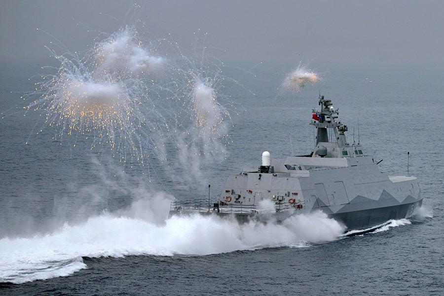 根據一份最新披露的中共內部軍事文件,中共已經起草了一份在2020年攻打台灣的秘密軍事計劃。此舉可能導致美中之間爆發常規戰爭或核戰爭。圖為2016年台灣軍事演習。(SAM YEH/AFP/Getty Images)