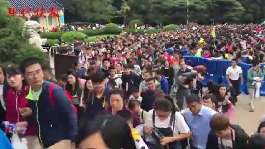 圖為十一長假,遊客在南京中山陵景區。(視像擷圖)