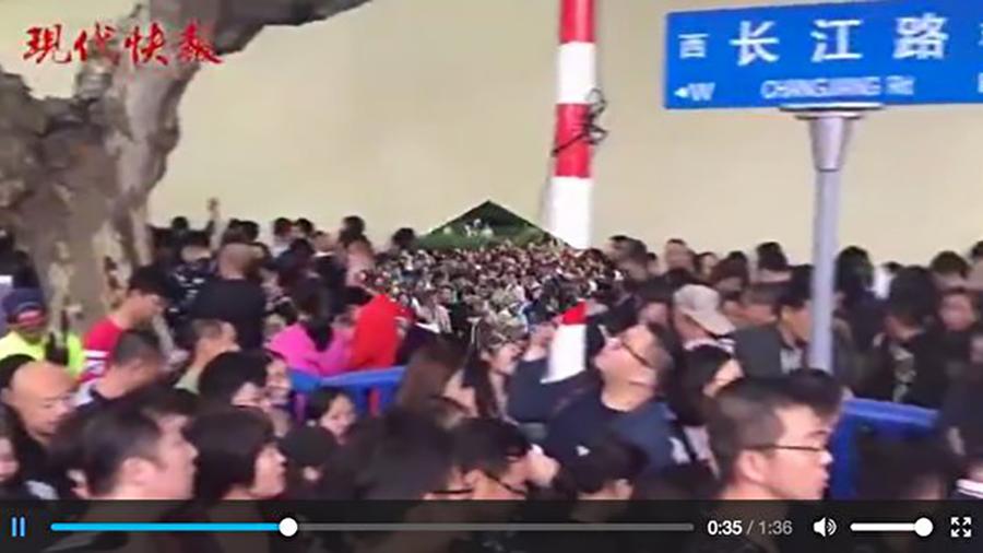 圖為十一長假,遊客在南京總統府景區。(網絡圖片)