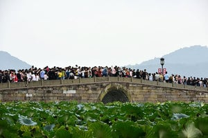十一長假各景區爆滿 「西湖斷橋真要斷了」