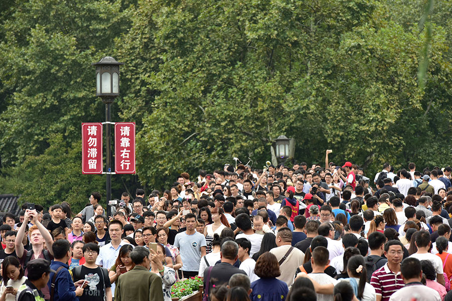 圖為10月3日,遊客聚集在杭州西湖。(Xu Hui/VCG/Getty Images)