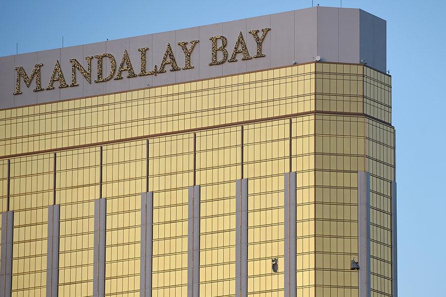 當地時間上周日(10月1日)晚,一名槍手在拉斯維加斯一家酒店的32層套房內,對樓下的大批民眾開槍掃射。圖為套房窗戶上的兩個洞。(David Becker/Getty Images)
