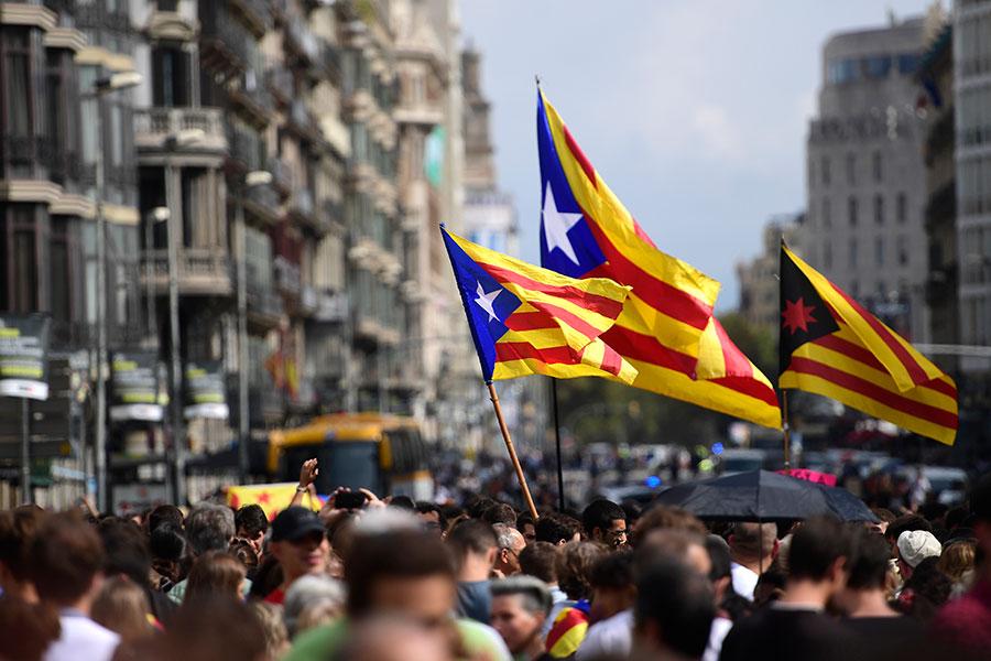 圖為加泰隆尼亞獨立支持者舉起旗幟。(PIERRE-PHILIPPE MARCOU/AFP/Getty Images)