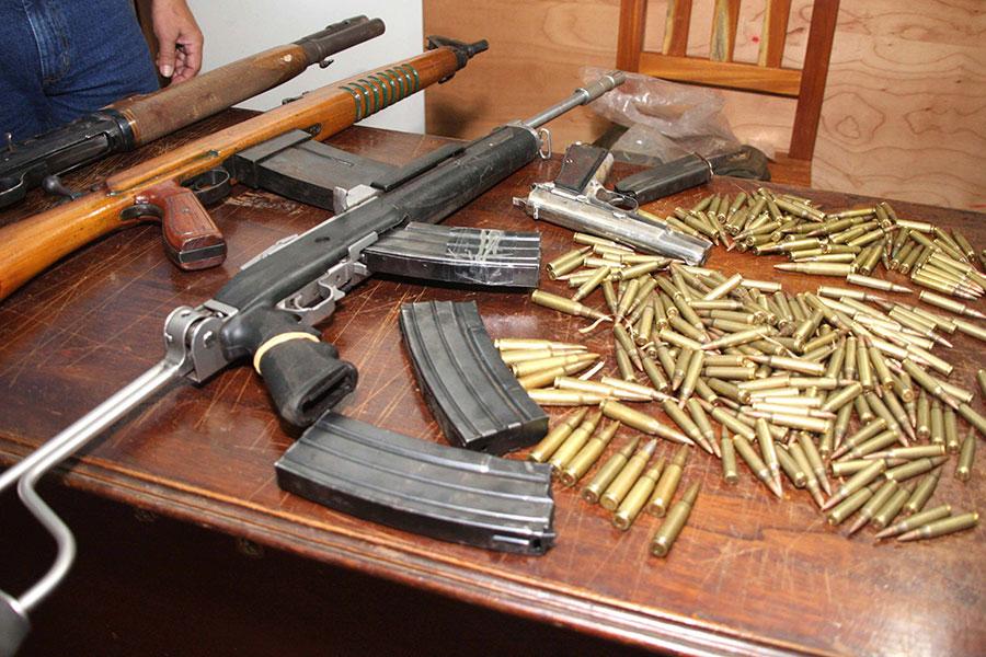 日本對槍枝的管制相當嚴格,故其人民有合法槍枝的不多。圖為某國的非法槍枝與子彈。(STR/AFP)