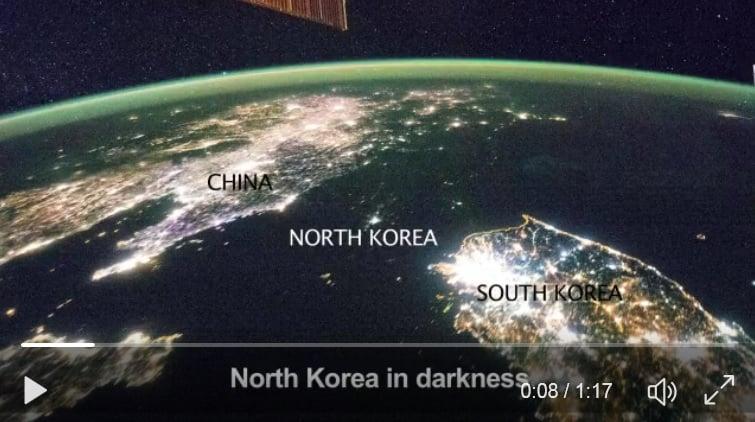 北韓極度缺電,其三分之一的人民無電可用。從外太空看,夜晚的北韓一片漆黑。(視像擷圖)