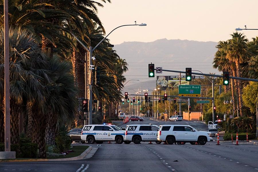 上周日晚,一名白人男性槍手在賭城拉斯維加斯發動大規模槍擊血案。(Drew Angerer/Getty Images)