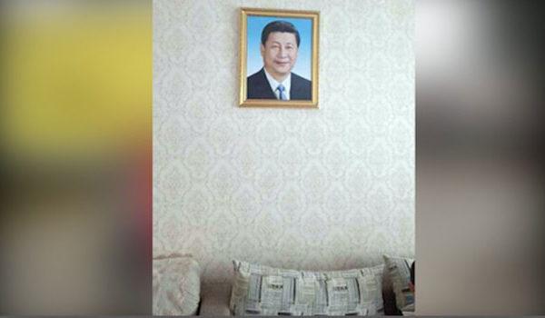 一戶少數民族家庭的牆壁上掛著當局提供的習近平相片。(自由亞洲電台)