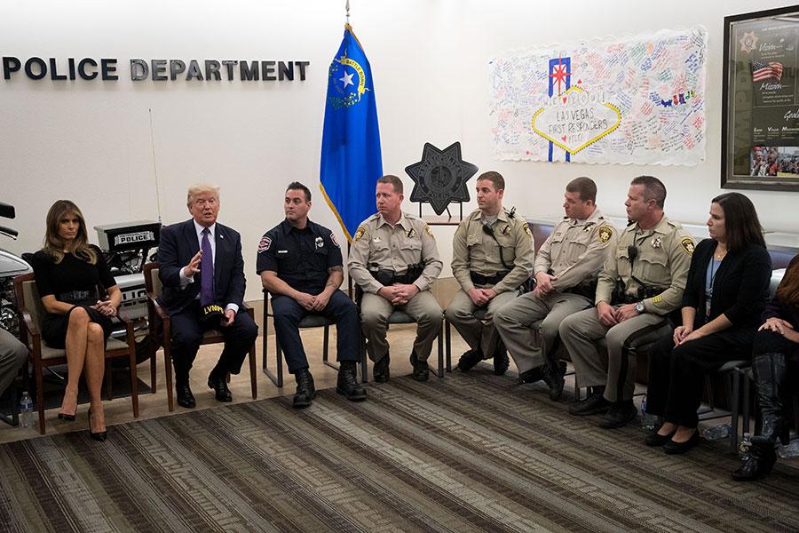 在和第一響應者的會議期間,特朗普讚揚這些第一時間趕到現場的人員拯救了很多生命。(Drew Angerer/Getty Images)