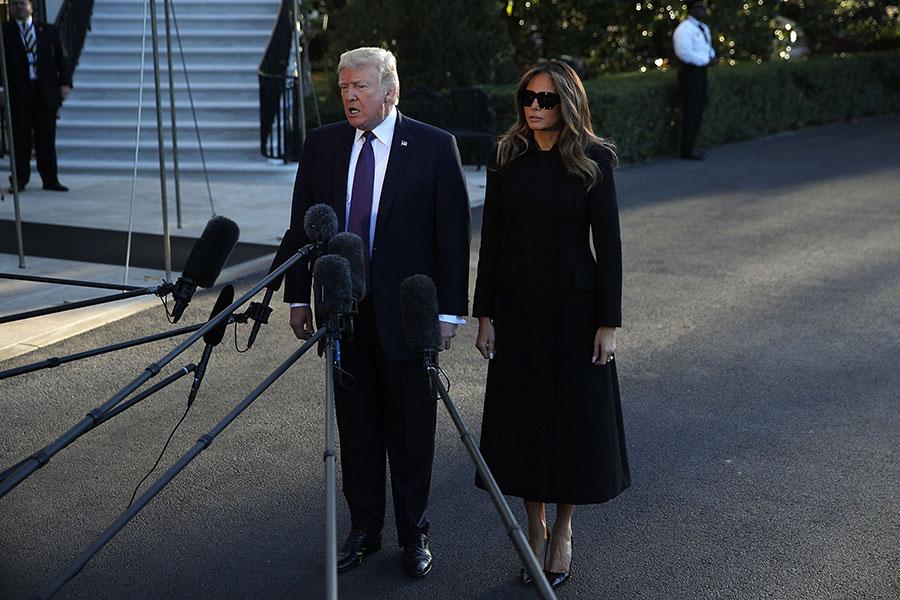 特朗普攜第一夫人前往拉斯維加斯前,在白宮發表談話。(Alex Wong/Getty Images)