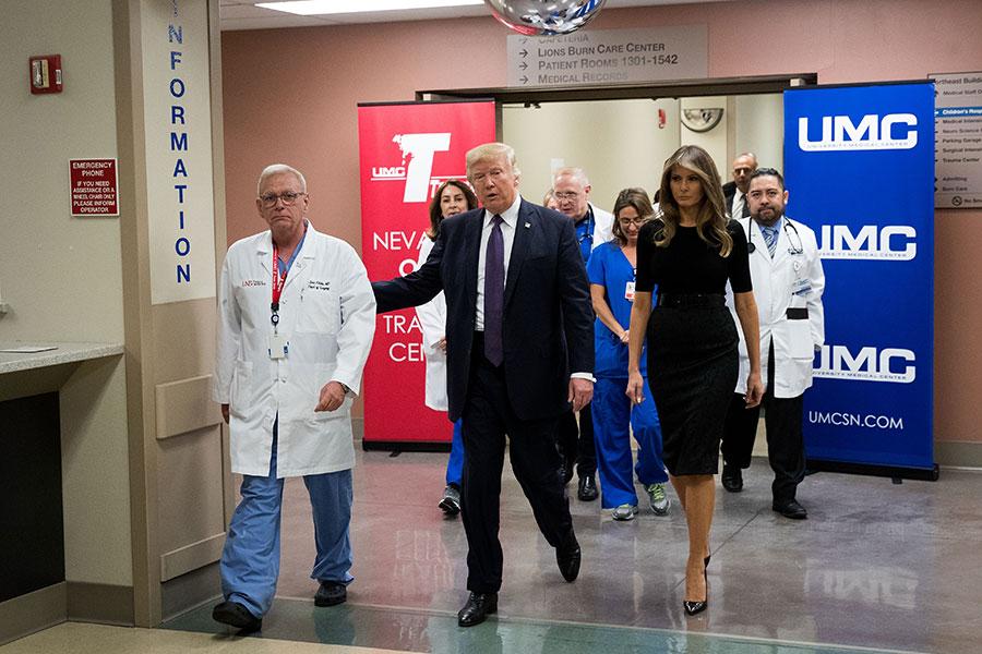 周三(10月4日)美國總統特朗普和第一夫人梅拉尼婭又馬不停蹄地趕往發生大規模槍擊案件的拉斯維加斯。特朗普在探望傷者時表示:「我們在你們身邊。」(Drew Angerer/Getty Images)