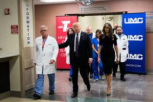 特朗普走進病房 男子腿中彈也站起相迎