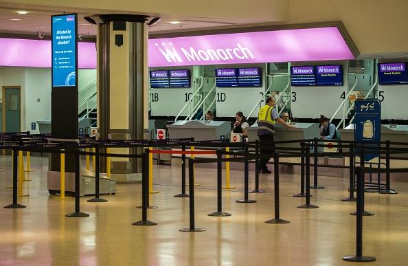 10月2日 Monarch在伯明翰機場的櫃檯只剩下幾名工作人員。(OLI SCARFF/AFP/Getty Images)