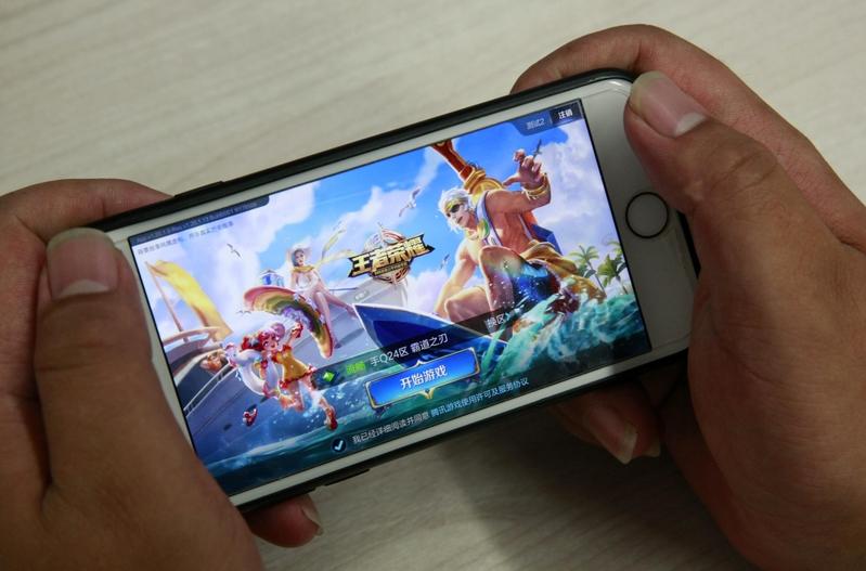 十一長假,廣東東莞一女孩打一天手機遊戲王者榮耀,右眼失明。(大紀元資料室)