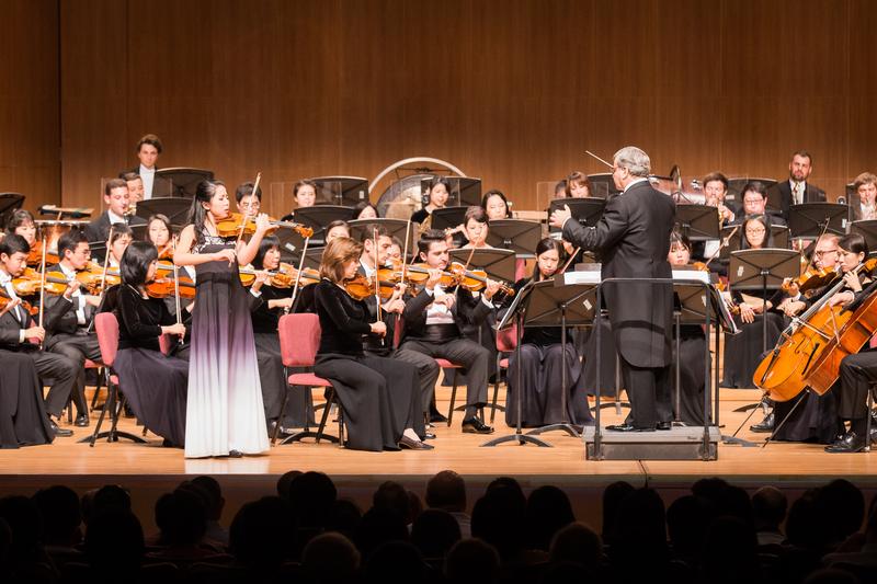 2017年10月3日晚間,神韻交響樂團於台北中山堂舉行演出。圖為小提琴演奏家鄭媛慧在演奏。(陳柏州/大紀元)