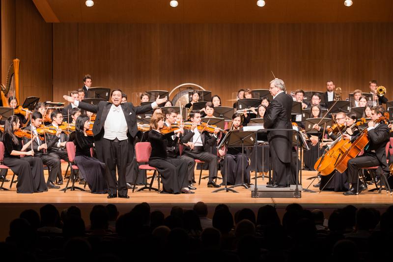 2017年10月3日晚間,神韻交響樂團於台北中山堂舉行演出。圖為男高音歌唱家天歌在演唱。(陳柏州/大紀元)
