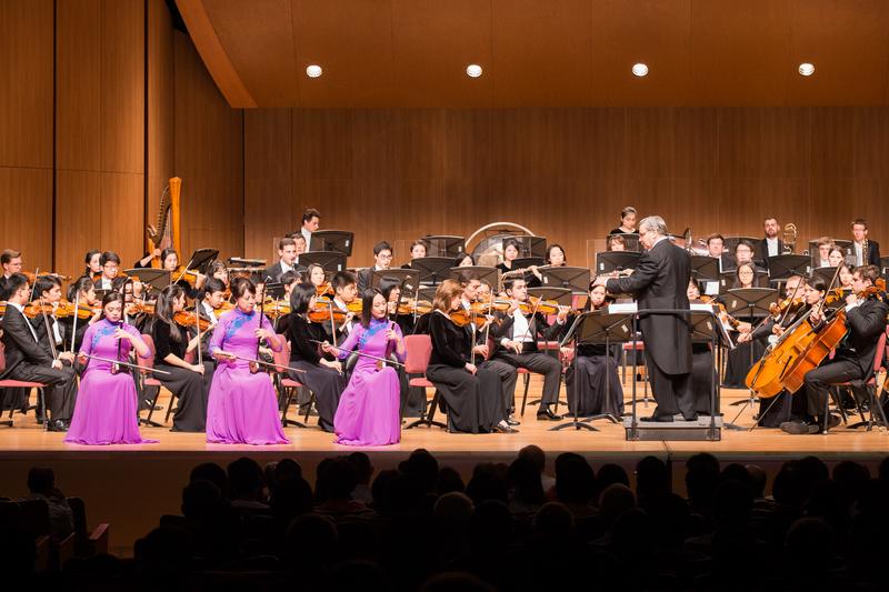 2017年10月3日晚間,神韻交響樂團於台北中山堂舉行演出。圖為二胡演奏家戚曉春、孫璐與王真的演出。(陳柏州/大紀元)