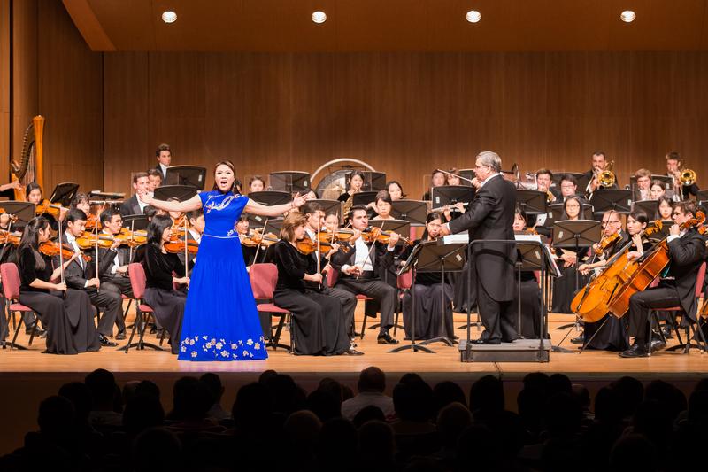 2017年10月3日晚間,神韻交響樂團於台北中山堂舉行演出。圖為女高音歌唱家耿皓藍的演出。(陳柏州/大紀元)