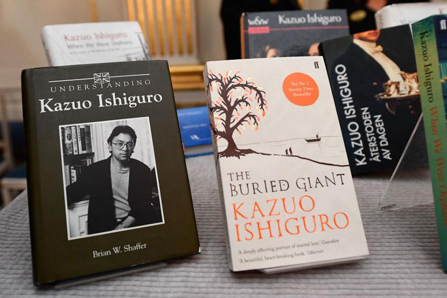 10月5日,英國作家Kazuo Ishiguro获得了2017年諾貝爾文學獎,圖為他的作品。(JONATHAN NACKSTRAND/AFP/Getty Images)