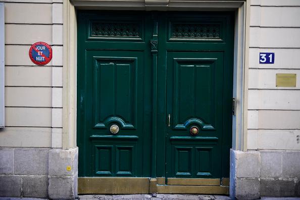 9月30日清晨4點半,巴黎16區Chanez路31號的一位居民聞到樓裏有刺鼻的汽油味,於是出門查看,結果發現在樓房入口處的大廳裏有4個煤氣罐、一些汽油罐和疑似炸彈遙控裝置。(MARTIN BUREAU/AFP/Getty Images)