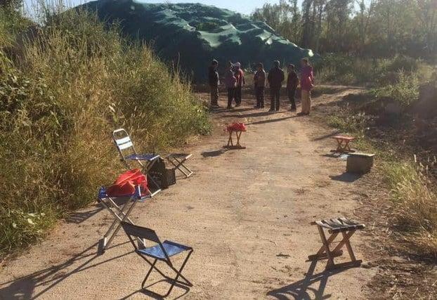 約30人的維穩隊伍,近期在訪民劉惠民住處附近長時間留守。(劉惠珍獨家提供)