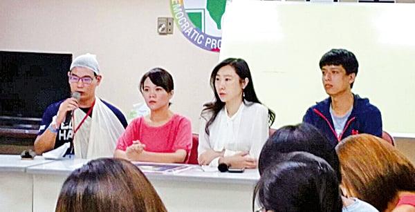 圖為9月25日台大學生遭毆傷事記者會,左一為受傷嚴重的學生張耿維。(中央社)