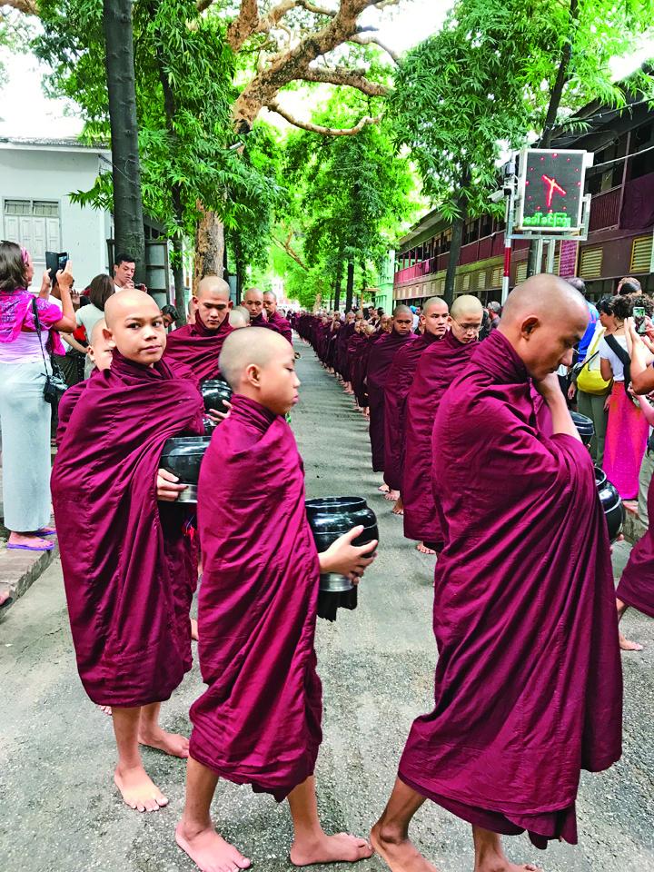 在修道院Mahar Gan Dar Yone見習的僧人,赤腳排隊進入食堂。