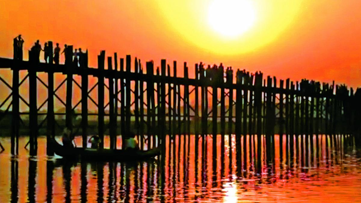 日落中的烏本橋樸實而浪漫。
