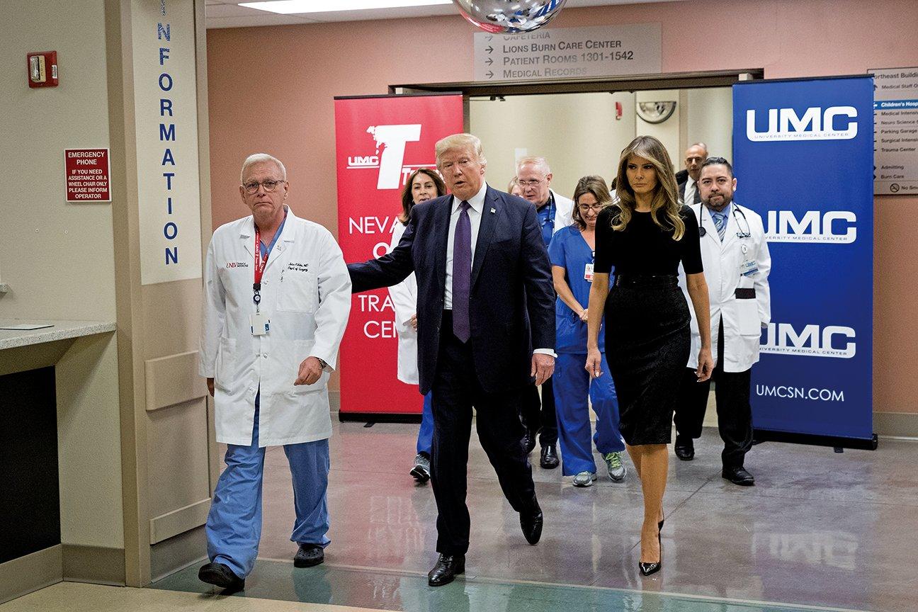 10月4日美國總統特朗普和第一夫人梅拉尼婭又趕往發生大規模槍擊案件的拉斯維加斯。特朗普在探望傷者時表示:「我們在你們身邊。」(Getty Images)